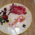 111300105 - 「本日の前菜三種盛り」…生ハムと苺が合うなんて知らなかった。四つ葉のクローバーで幸せ