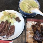 牛たん炭焼 利久 - 牛たん焼と牛たん蒲焼重の特別定食(1,598円) 牛たん焼2枚(4切れ)と白菜と辛味噌の乗ったプレート、牛たん蒲焼重、テールスープが付きます。