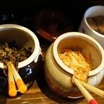 ららららーめん - 卓上には、辛子高菜、ピリ辛もやし、ゴマやラーメンダレなど。
