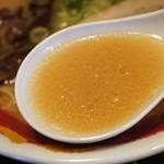 ららららーめん - 荒々しさはなく、上品であっさりとした豚骨スープ。