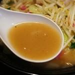 ららららーめん - 炒められた野菜の旨味と甘味はしっかり出てます。