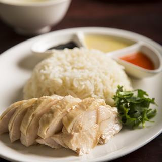 名物「海南鶏飯」のランチは、ライスとソースがお代わり自由!