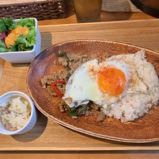 コボルバ 長津田店 - ガパオライス。本格的です。グリーンサラダとポテサラも付いてます。