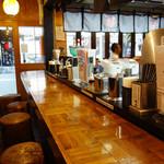 秀ちゃんラーメン - 厨房を大きく囲むカウンター席がメインです。