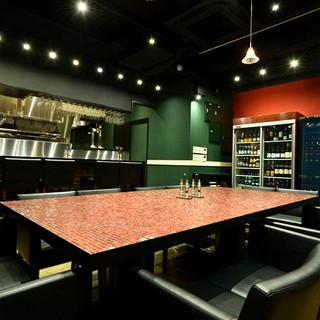シックな色調で統一された、静かな美食空間。