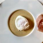 111338356 - はじめの一皿 ポーチドエッグと生ハム 焦がしバターソース