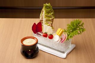 4 Seasons LDK - 厳選野菜のバーニャカウダ   厳選された野菜や珍しい野菜を、白味噌を隠し味にしたまろやかソースでどうぞ。他にも季節感を活かした和洋折衷の創作料理をご用意しております。
