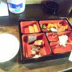円山茶家 さくら - お弁当用のトレイにおかずを入れちゃいます