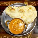 111369285 - バターチキンカレー(サラダ・スープ付¥1000)。トマトの酸味を感じる、一般とは異なる方向性の風味