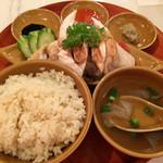シンガポール海南鶏飯 - 「海南鶏飯」蒸し、鶏肉増量! 蒸し鶏は美味ながら、その他は改善に期待。
