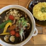 スープカレー トムトムキキル - イカ墨スープカレー