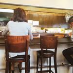 グランデ - 内観 まっすぐなカウンターとテーブルイス