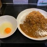 カルダモン. - ロース豚カツカレー+生卵