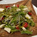 カフェダイニング クリストファーロビン - モッツァレラチーズとトマトのジェノベーゼソースガレット