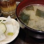 とんかつ 旭軒 - 大根、きゅうり、針生姜の酢漬と濃いめの味噌汁が付いてきました。