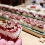 koshitsushimofurinikuzushitabehoudaitategami - 炙り牛ロースのロングユッケ寿司