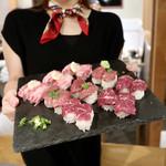 koshitsushimofurinikuzushitabehoudaitategami - メンバーの女子が桜肉寿司を引き立てます!
