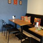 カリー&バー カチナ - カウンター席とテーブル席があります。
