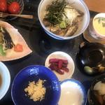 鯖と創作料理の店 廣半 - いわし丼膳2500円。いわしの漬け丼、いわしと野菜の天ぷら、いわし卯の花、いわしのつみれ汁、茶碗蒸し、お漬物、ごはん、トマトの甘露煮のセットです。 漬け丼、さすがこの時期のいわしです(╹◡╹)
