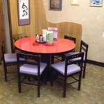 ラーメンハウスらいおん  - ラーメン専門店にはそぐわない中華テーブル!?