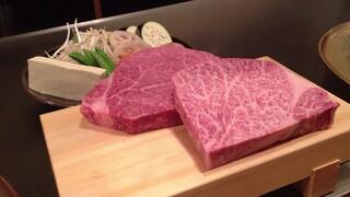 神戸牛ステーキ Ishida. 本店 - 見よ!このうまそーなお肉。手前がロース、奥がヘレ。