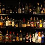 もてなし - 150種類以上のお酒が並ぶバックバー