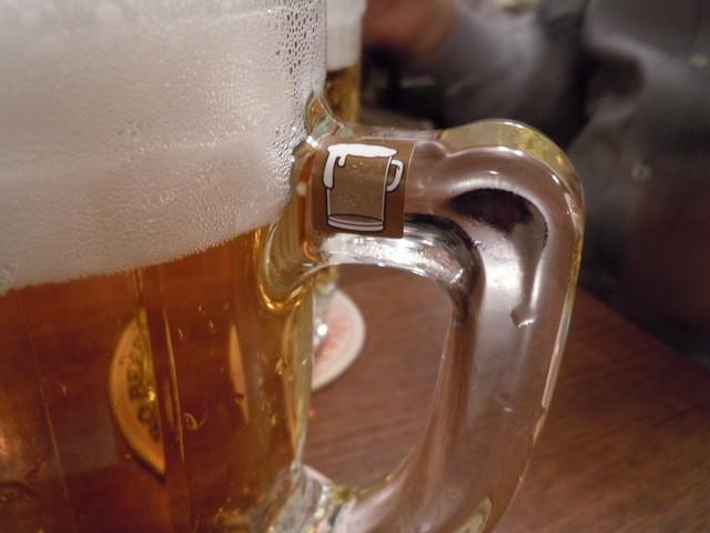 ニューミュンヘン 南大使館 - グラスに小さなシールがついているのだ、10枚集めよう