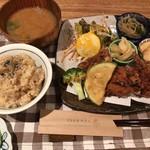 天然食堂 かふぅ - 鶏の薬膳唐揚げセット 1200円