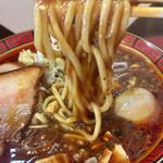111466967 - 中加水程度のストレート中太丸麺(恐らく自家製) 。トロミのある麻婆スープが、とても良く絡みます。