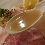 布施丿貫 - 「台湾ガザミと羅臼昆布の冷やしそば」のスープのアップ