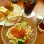 フジエダハウス - サラダ、アイスコーヒー、パン食べ放題
