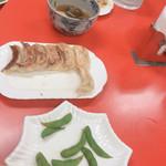 中国料理 東昇餃子楼 - 焼き餃子と枝豆食べかけ