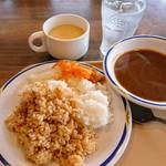 ステーキガスト - カレーとケイジャンライス、白米、コーンスープ