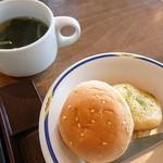 ステーキガスト - パンとフォカッチャ、ワカメスープ