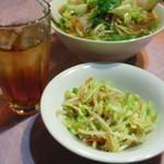 ミス サイゴン - ランチセットにはサラダをお茶がつきます。