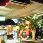 ミス サイゴン - 不思議な感じの店内。
