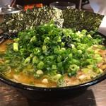 クックら - 料理写真:中盛麺固め油多め 万能ネギ海苔トッピング