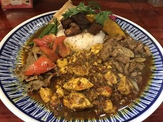 中華料理 八戒 - 3種あいがけ(蕃茄と牛肉のカリィ、四川麻婆豆腐カリィ、生ラムクミン炒めカリィ 辛めで)に魯肉トッピング
