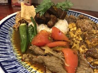 大衆中遊華食堂八戒 - 蕃茄と牛肉のカリィ、魯肉サイドアップ