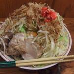 自家製太麺 ドカ盛 マッチョ - マヨネーズ風味で、フライドオニオンと紅しょうが、鰹節のトッピングです。