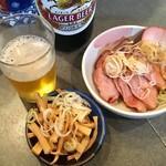 支那そば めでた屋 - 瓶ビール500円、サービスメンマ、おつまみチャーシュー400円