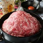 アメ村社員食堂 - 究極の次世代スキヤキ黒毛和牛100%牛肉鉄鍋【牛鉄】写真は2人前