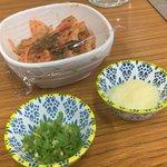 吉村ホルモン店 - 料理写真:キムチとニンニク、青唐辛子