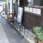 大勝軒いぶき - 店頭のウェイティングスペース