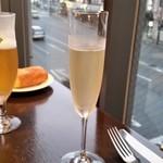 ヴィニュロン - 乾杯はシャンパーニュで。生産者はジョセフ・ペリエ(Joseph Perrier)です。
