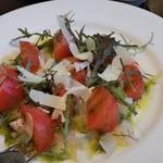 ヴィニュロン - 鮮魚のカルパッチョとフルーツトマト(取り分け前)。この日のお魚は、真鯛でした。