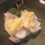 焼鳥 酉たけ - 突き出し1 いつもの胸肉湯引きです この塩の効いた生姜が美味しいんですよ