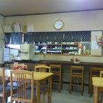 マルマ食堂 - 店内カウンター席とテーブル席