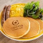 コッコテラス - スクランブルエッグとソーセージのパンケーキ