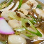 谷岡食堂 - 美味しい味のかけ出汁に鶏肉が沢山入っていました。